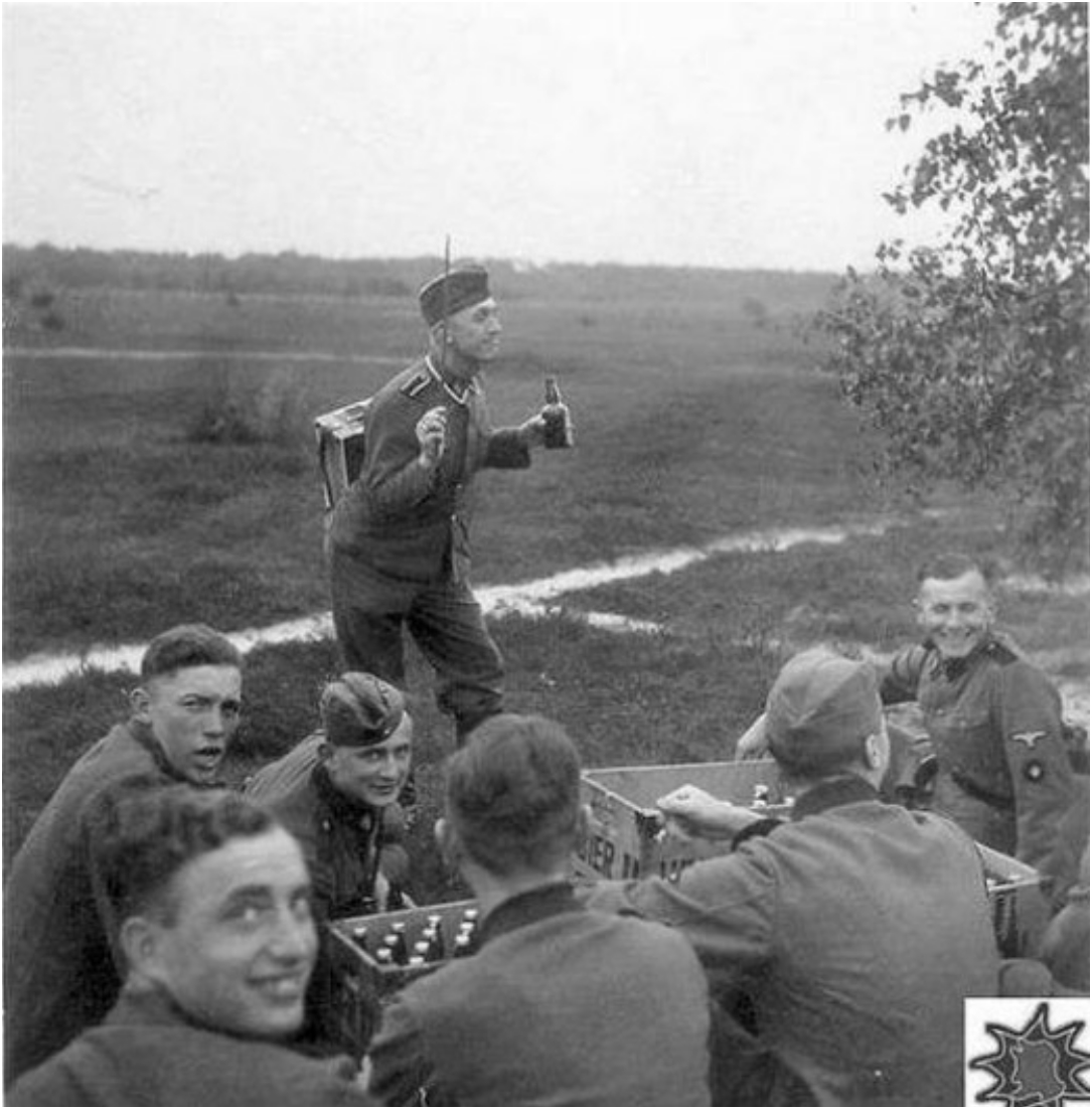 Солдатики отдыхают с девкой 14 фотография