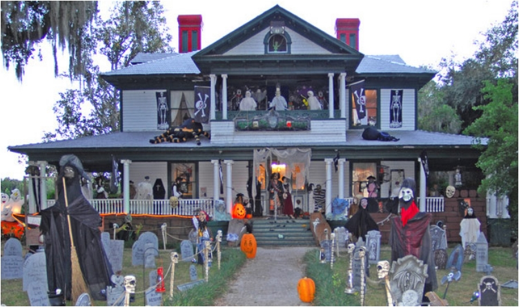 38 people who went overboard with halloween house decorations. Black Bedroom Furniture Sets. Home Design Ideas